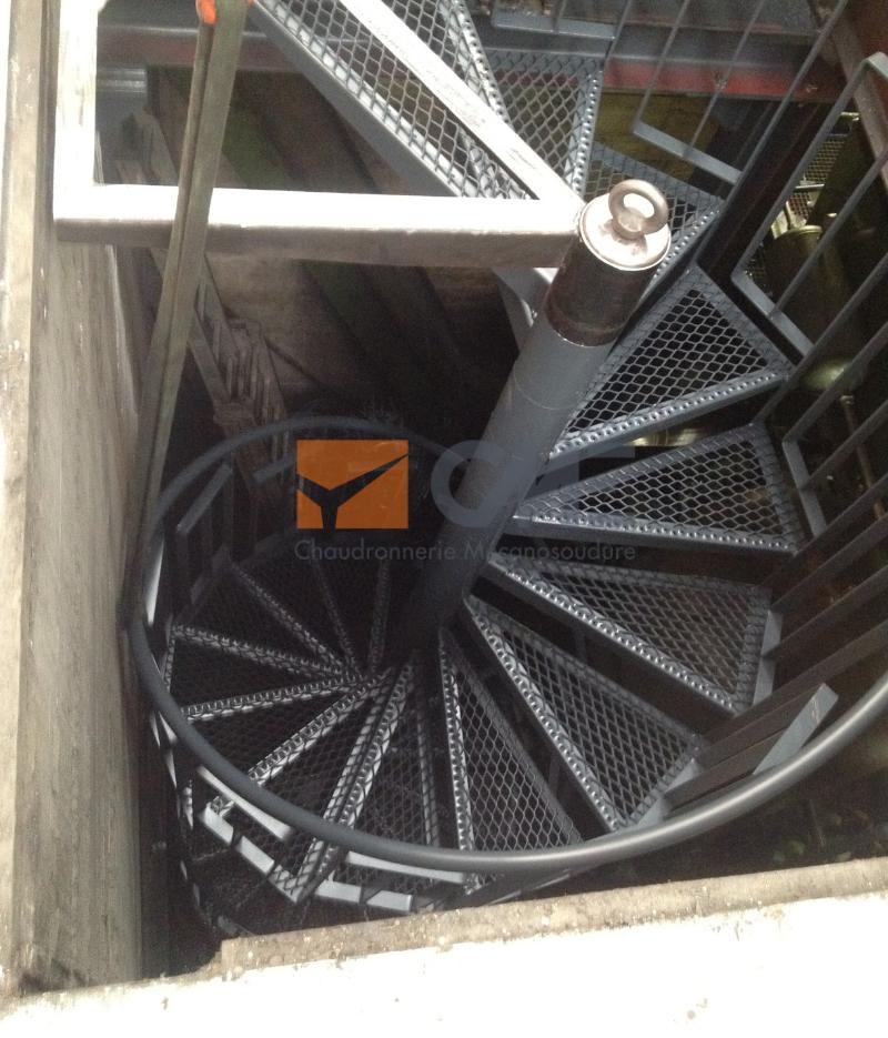 Escalier en colimaçon accès fosse