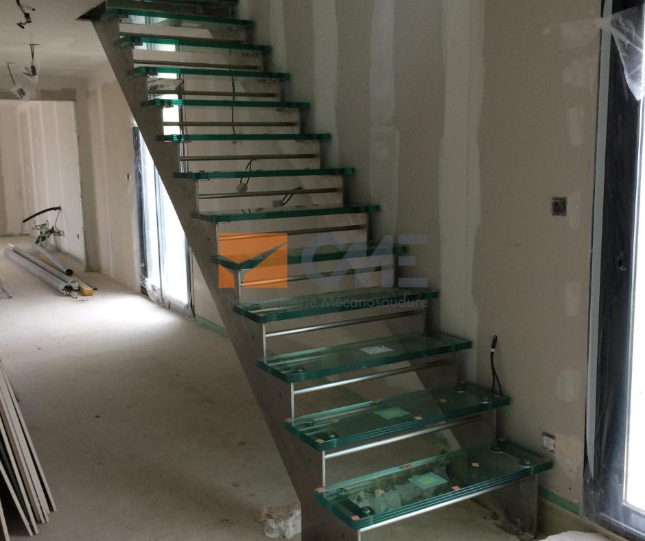 Projet d'escalier en inox et marche en verre